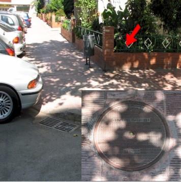 Tapa de l'Av. Europa, 160. Es pot apreciar la seva manca de senyalització, el to de vermell, i la seva accesibilitat, sobretot quan un cotxe aparqui al lloc lliure.