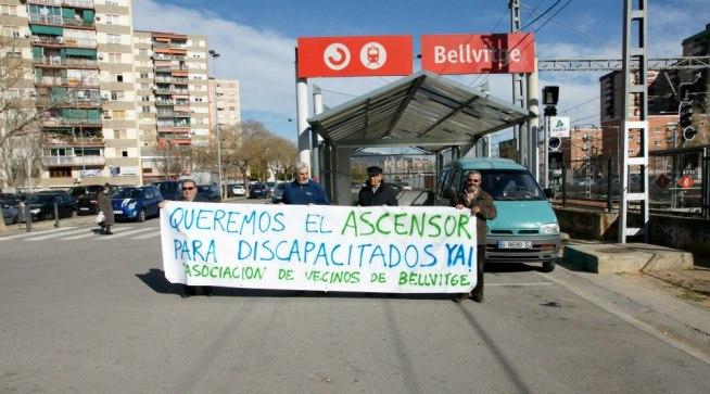 Colocación pancartas en estación Renfe